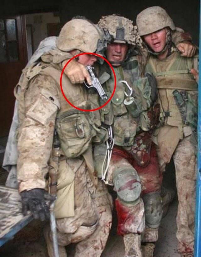Tetik disiplini ve namlu disiplini; Çatışmada yaralanmış bir askerin eğitimleri sayesinde en zor şartlarda bile silah emniyetini gözardı etmediğini görmektesiniz.